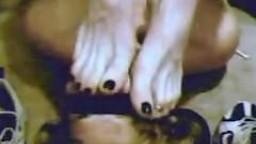 annusa piedi..foot smelling
