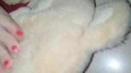 Piedi in faccia al pupazzo teddy