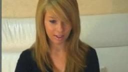 Ela se desnuda para nós na frente da câmera no CamVoice.com