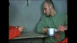 Giovane carcerato viene violentato dai compagni di cella in prigione