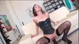 Bruna assatanata di sesso scopa con più uomini con culo sfondato