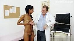 Visita ginecologica di una giovane morettina con un medico porco