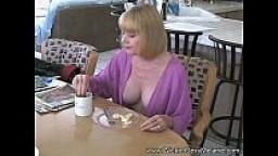Melanie è una MILF che cerca il cazzo di uomini mentre il marito la filma