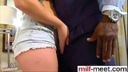 Il marito cornuto filma la moglie mentre si fa scopare da un negro superdotato