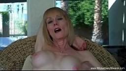 Melanie è una MILF che ama prendere il cazzo in bocca sino ad ingoiare lo sperma