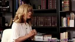 Professoressa MILF seduce l'allieva durante una lezione privata sul sesso..