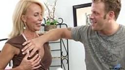 Bionda MILF mostra le tette ad un giovane amico che ne approfitta scopandola