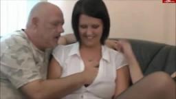 2 donne mature si contendono il cazzo di un uomo anziano