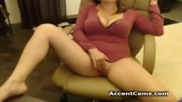 Bella ragazza con grosse tette naturali si masturba in chat su Camvoice.com